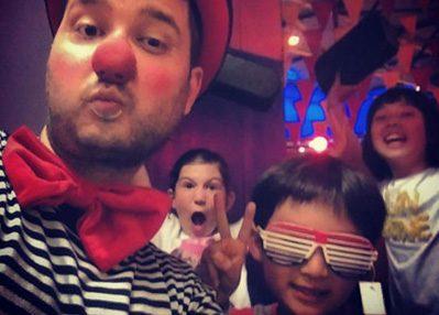 Clown Maffe Max doet maf in KidZcity te Utrecht